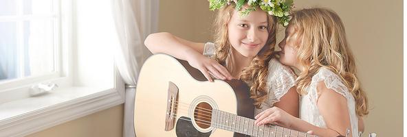 弹吉它的小姑娘