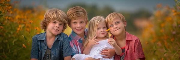 野花丛中的四兄妹