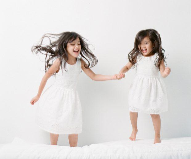 SandraCoan-Mythsthatkeepphotographersfromusingoffcameraflash-childrenjumpingonabed-620x516